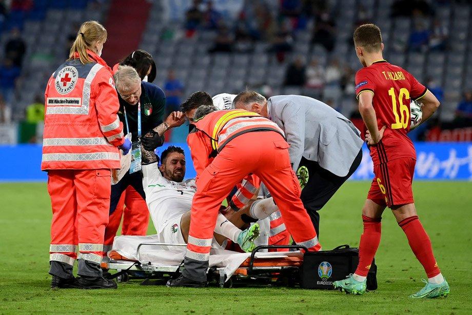 Футболист сборной Италии рыдал на поле. Его унесли на носилках