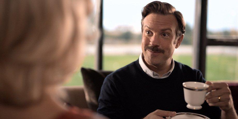 Сериал «Тед Лассо» — лучшая спортивная комедия последних лет. Это «Клиника» про футбол