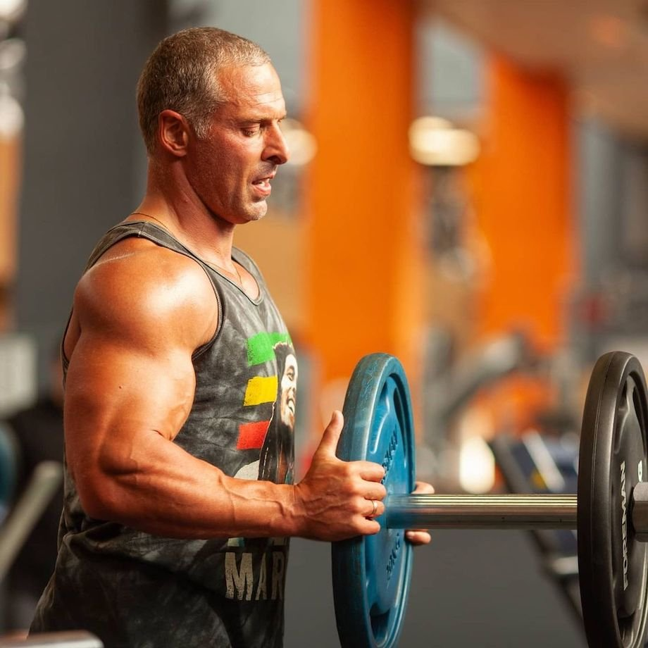 Тренировка плеч в тренажёрном зале, комплекс упражнений на дельты и другие мышцы плечевого пояса