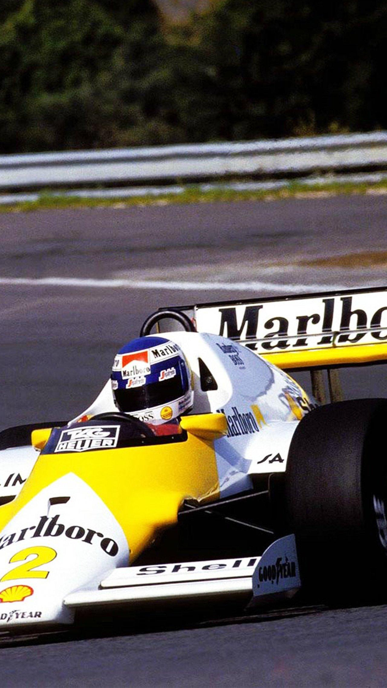 В честь новых «Мальборо Лайтс» «Макларены» вышли на старт Гран-при Португалии — 86 в жёлто-белой ливрее.