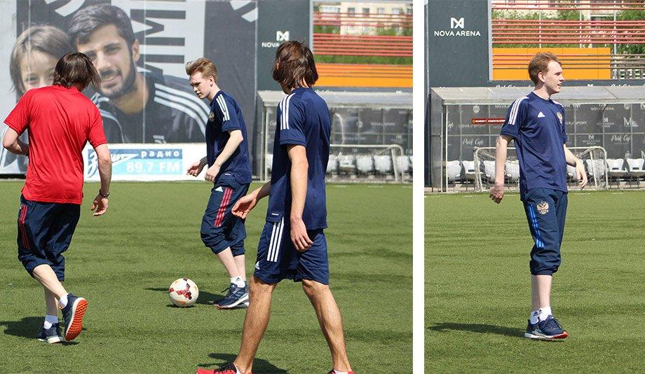 Игроки Сборной России по FIFA и персонал команды играют в футбол на искусственном газоне