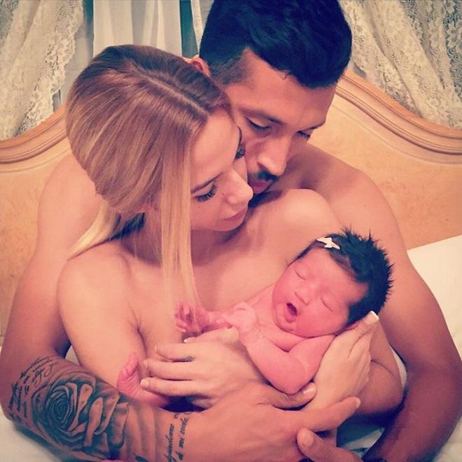 Жена Гарая опубликовала первое совместное фото с новорождённой дочкой