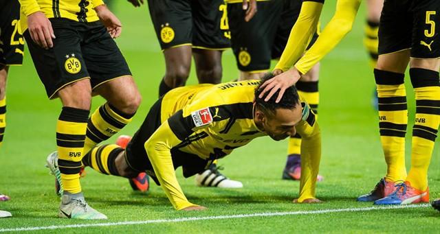 Пьер-Эмерик Обамейянг празднует гол в ворота «Баварии»