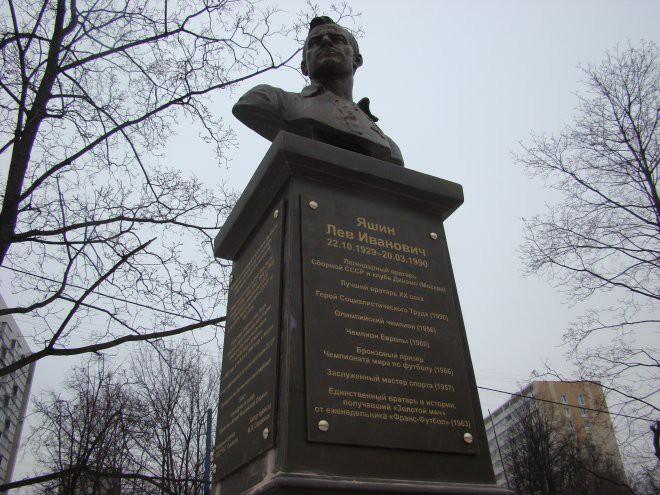 Исправлена ошибка в дате смерти на бюсте легендарного вратаря Льва Яшина
