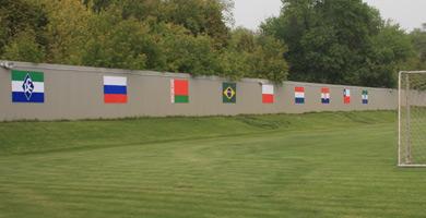 """Тренировочное поле """"Крыльев"""" украсили национальные флаги"""