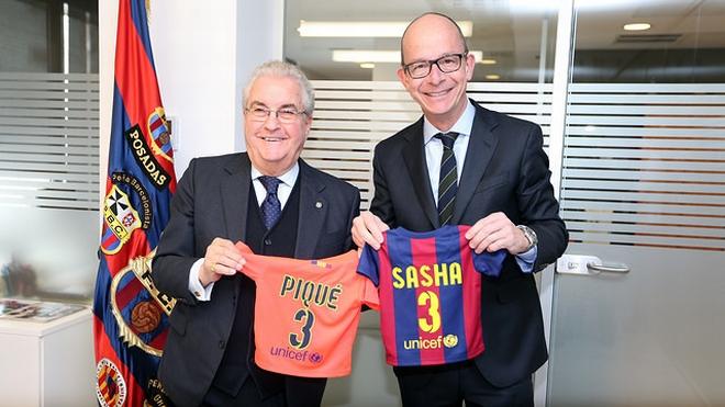 Амадор Бернабеу и Хорди Кардонер с подарками для нового члена «Барселоны»