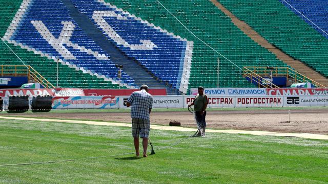 """На стадионе """"Металлург"""" начали стелить новый газон (фото)"""