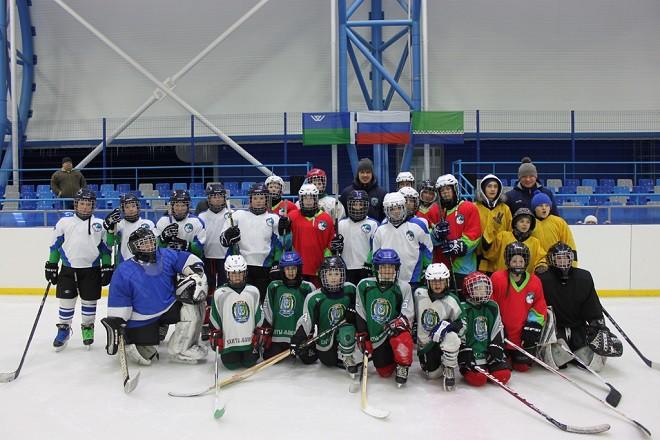 Игроки «Югры» Курьянов и Горбунов провели мастер-класс для юных хоккеистов