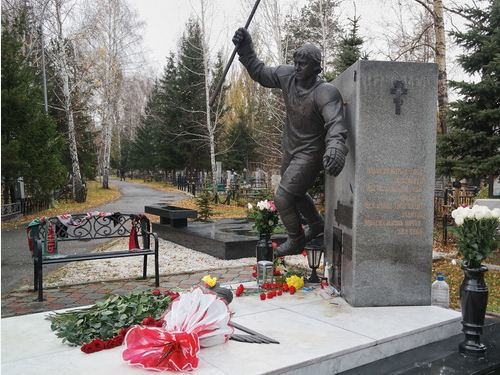 Хоккеисты и болельщики «Авангарда» посетили могилу Алексея Черепанова