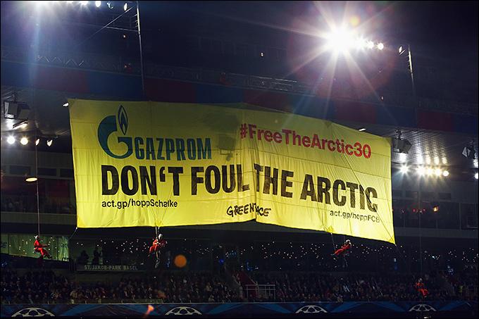 """На игре """"Базель"""" — """"Шальке"""" активист Гринпис развернул баннер против """"Газпрома"""""""