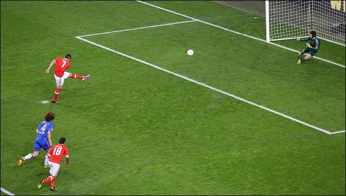 """Игрок """"Бенфики"""" Оскар Кардосо реализует пенальти."""