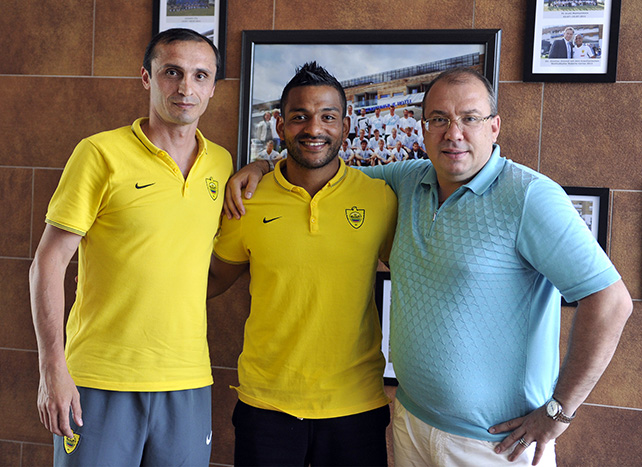 «Анжи» объявил о подписании контракта с Эбесилио