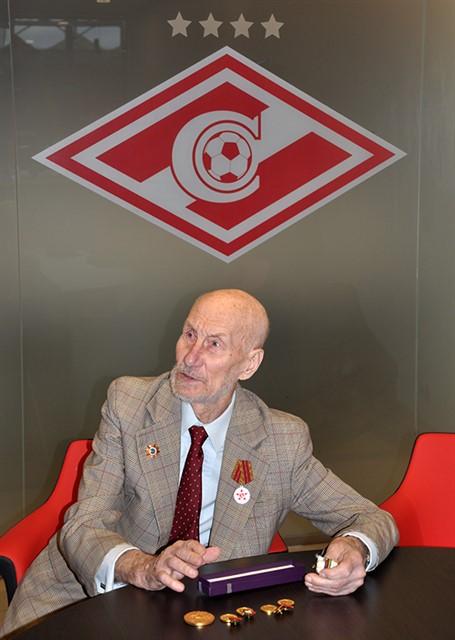 Лев Нетто подарил медали брата музею «Спартака»