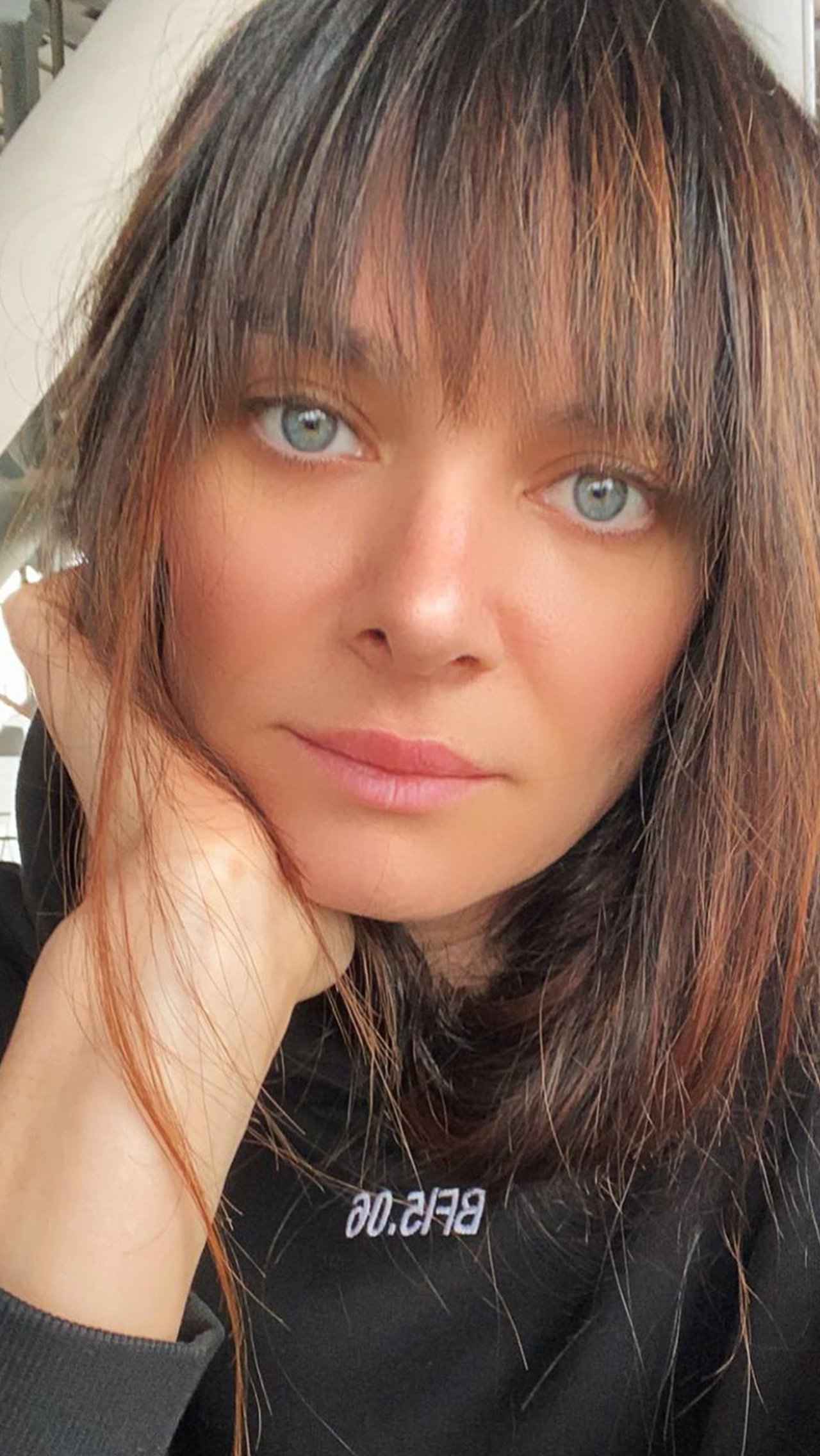 Елена активна в соцсетях: она нередко выкладывает фотографии своих домашних тренировок и мотивирующие записи, а также активно общается со своими подписчиками.