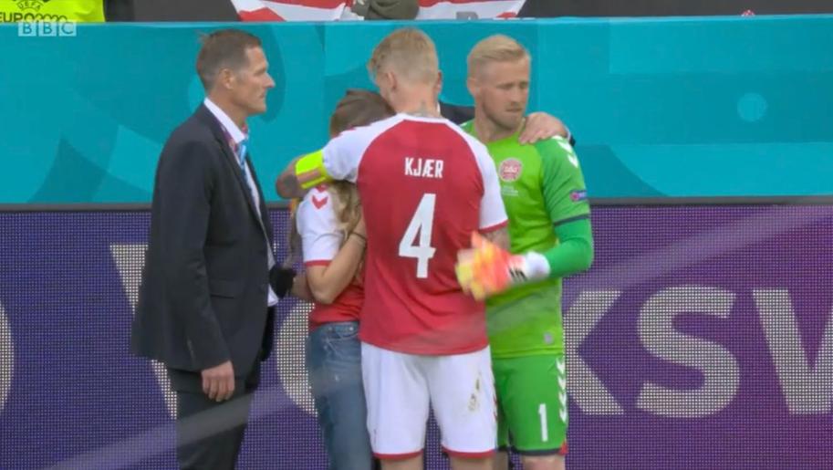 Жена Эриксена расплакалась на поле, её утешали футболисты сборной Дании