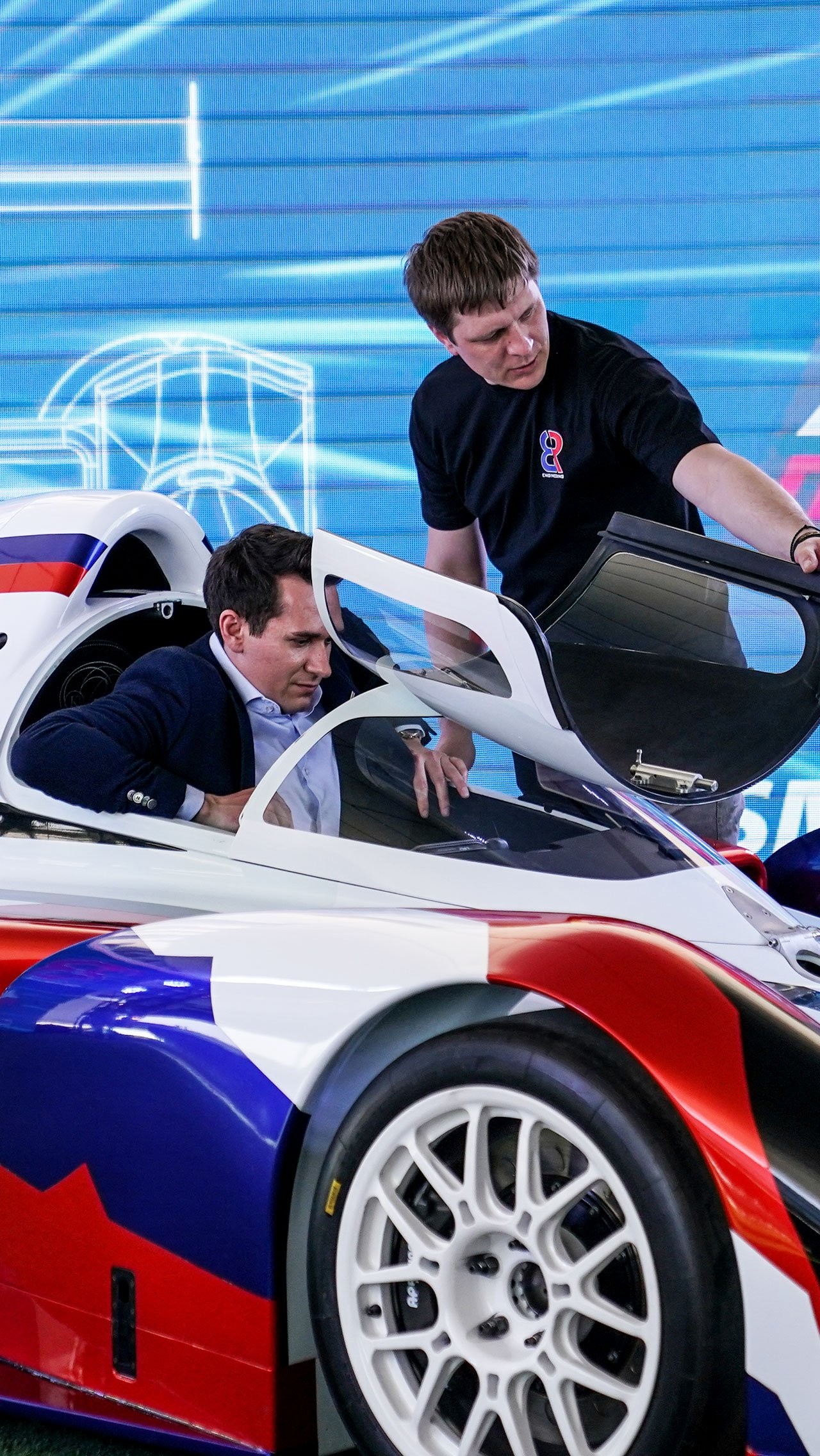 Михаил Алёшин активно участвовал в создании нового автомобиля. На презентации он «порычал» мотором V6.