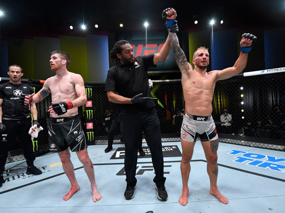 Ти Джей Диллашоу победил Кори Сэндхегена в первом бою после возвращения, видео