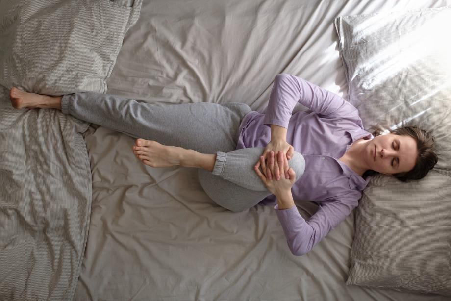 Утренняя йога в постели: 5 асан для бодрости, как упростить зарядку, видео