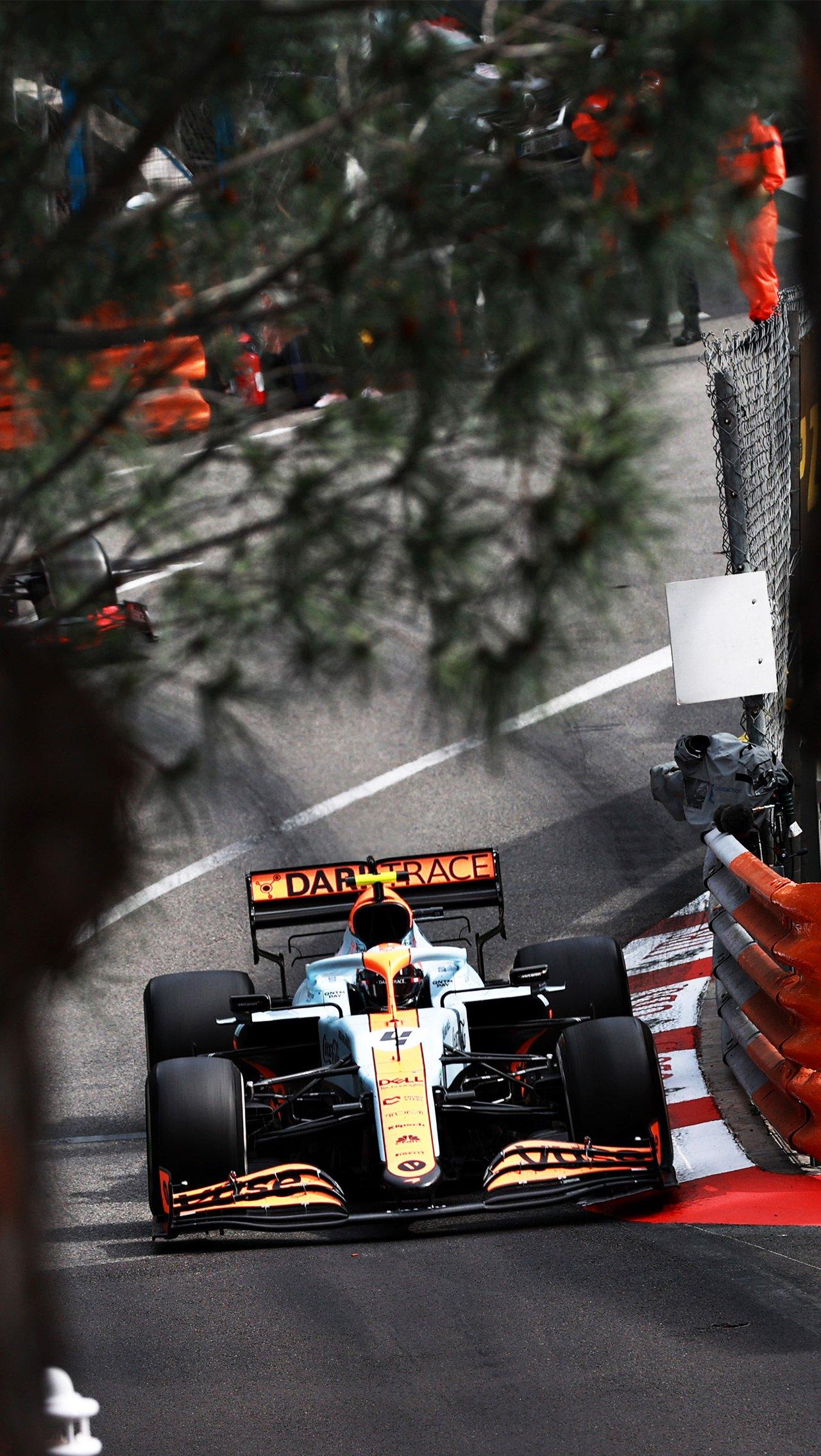 В честь давнего сотрудничества с Gulf «Макларен» использовал в Монако оранжево-голубую ливрею. И попал на подиум!