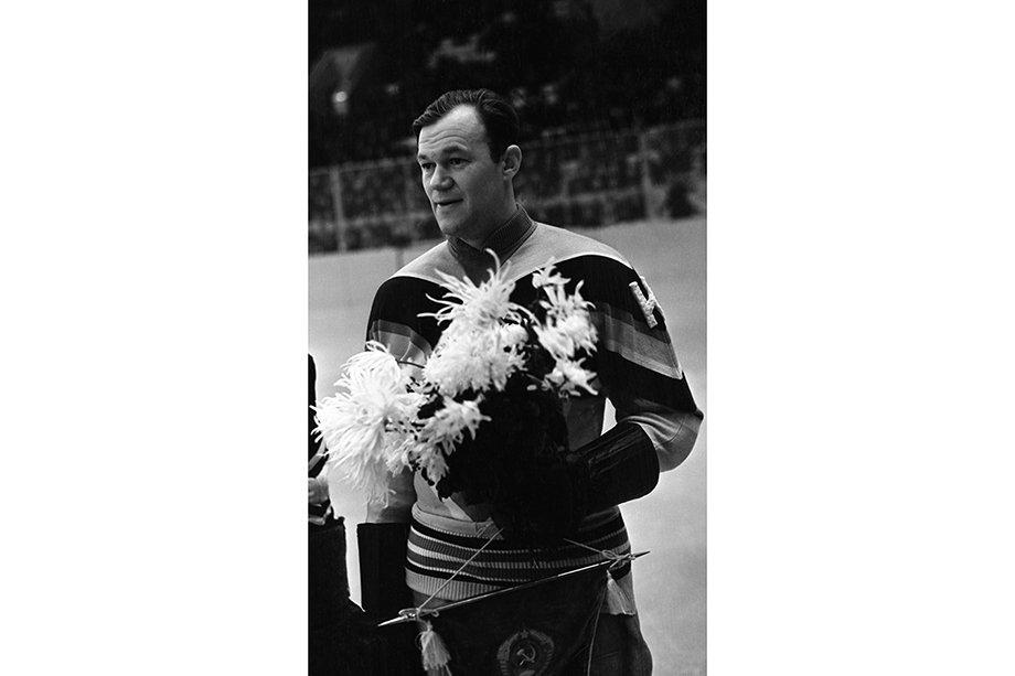 История хоккейных чемпионатов мира, Бобров и первое золото сборной СССР