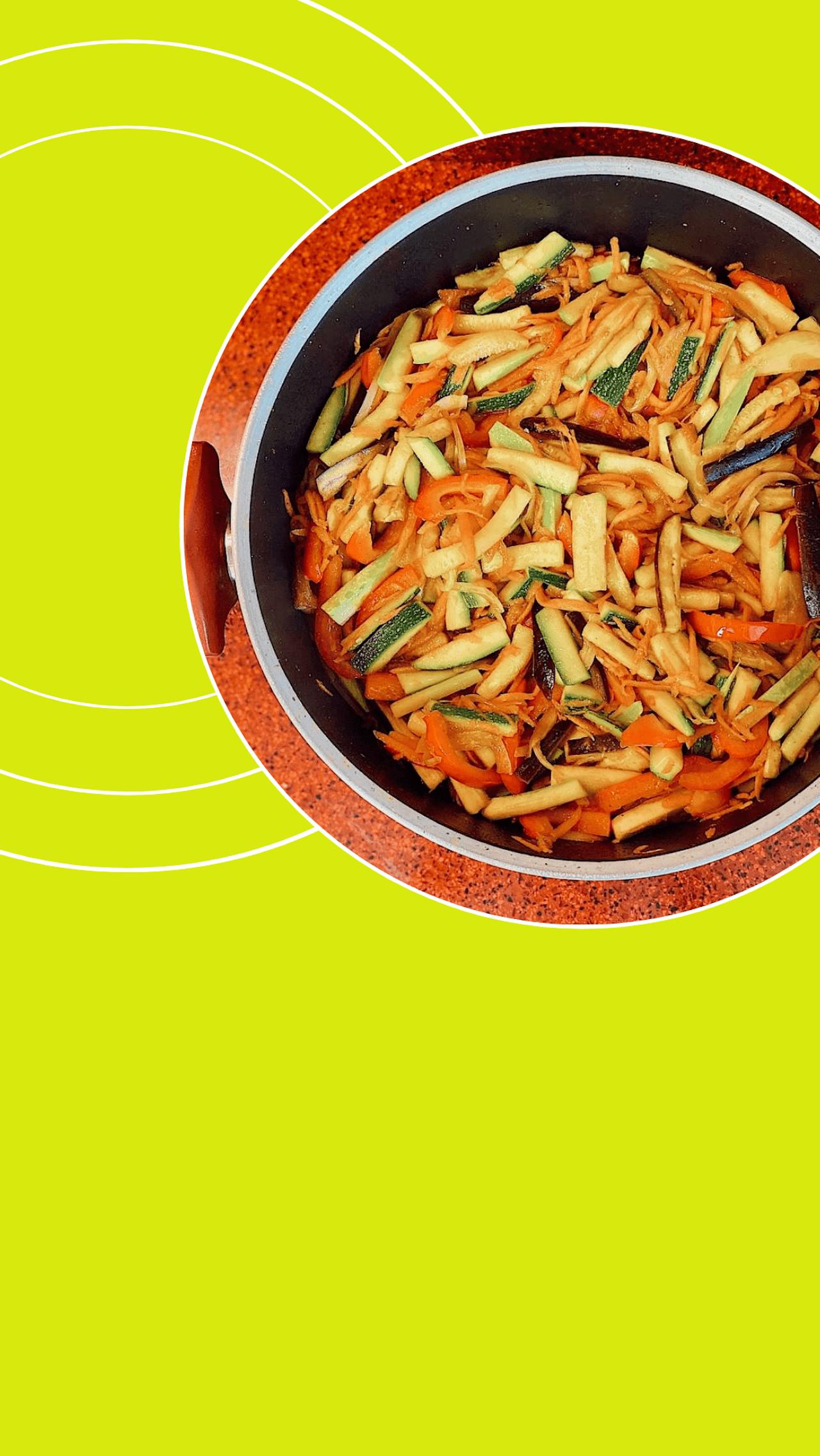 На капле оливкового масла потушить все овощи примерно 7-10 минут на сильном огне.