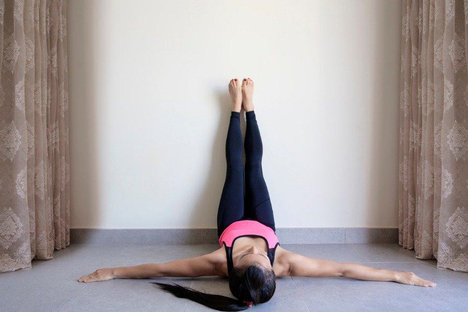 6 упражнений у стены на все группы мышц: домашняя тренировка для продвинутых
