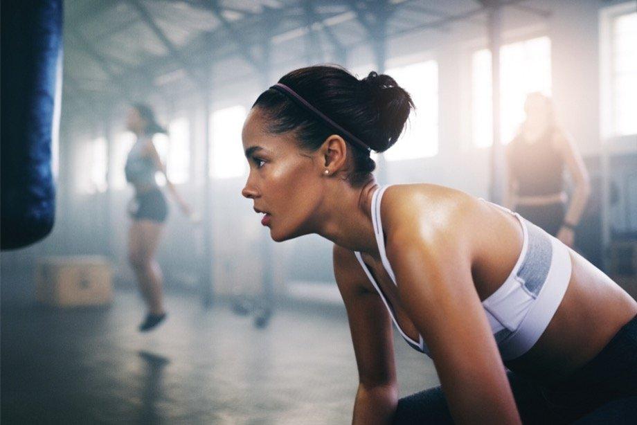 Быстрая жиросжигающая тренировка в домашних условиях на всё тело, комплекс упражнений на жиросжигание