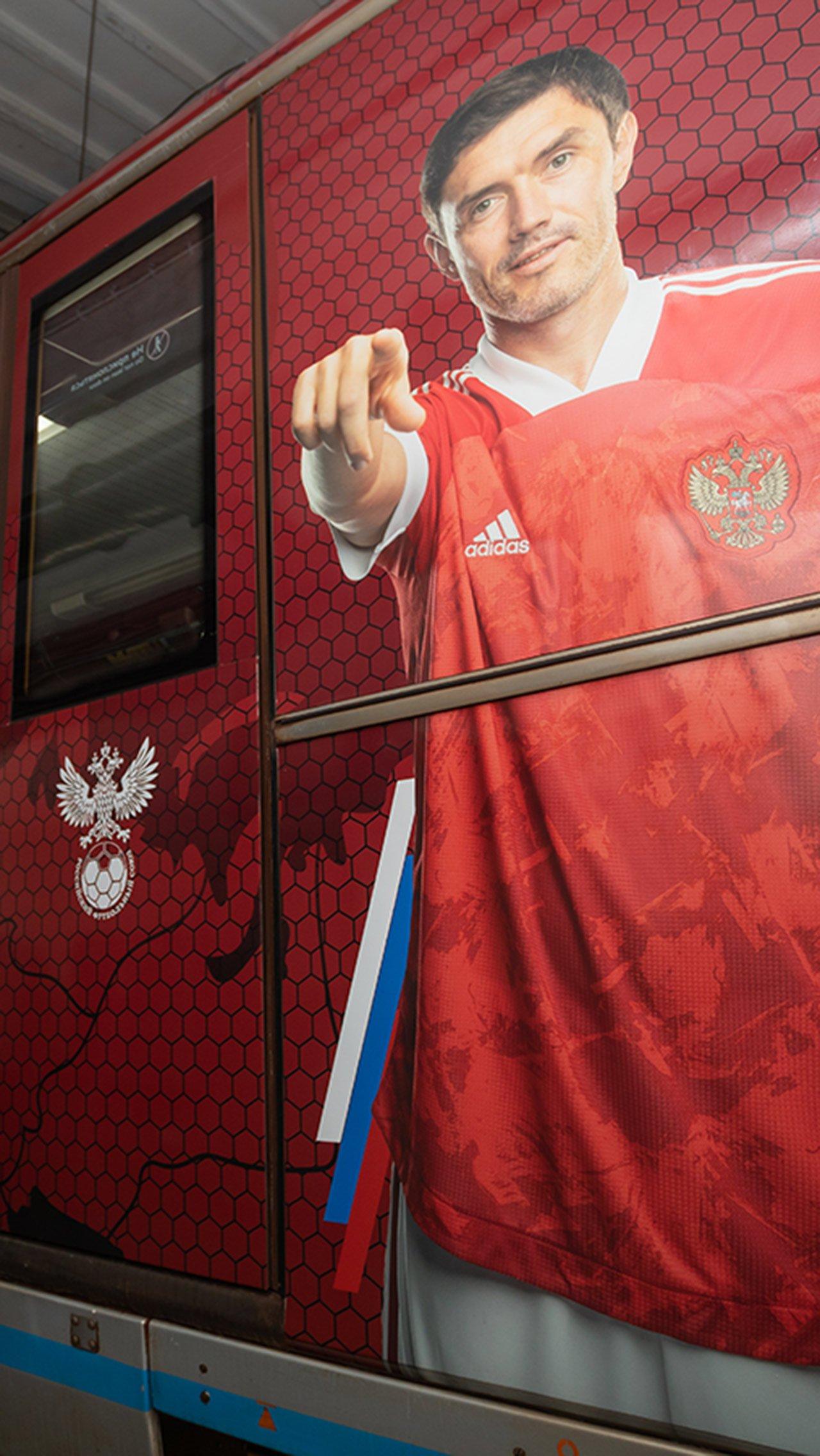 Вагоны оформлены в красном цвете и украшены фотографиями игроков.