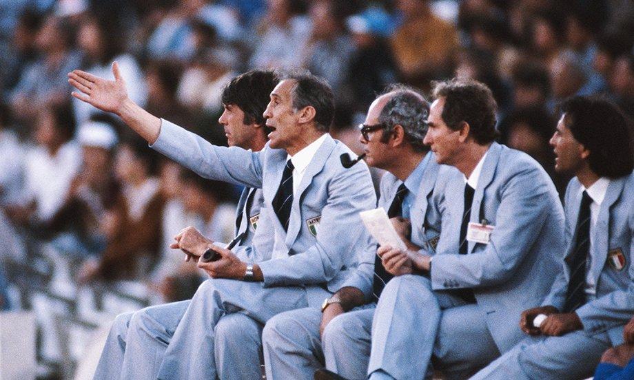 Энцо Беарзот и его штаб следят за игрой во время ЧМ-1982