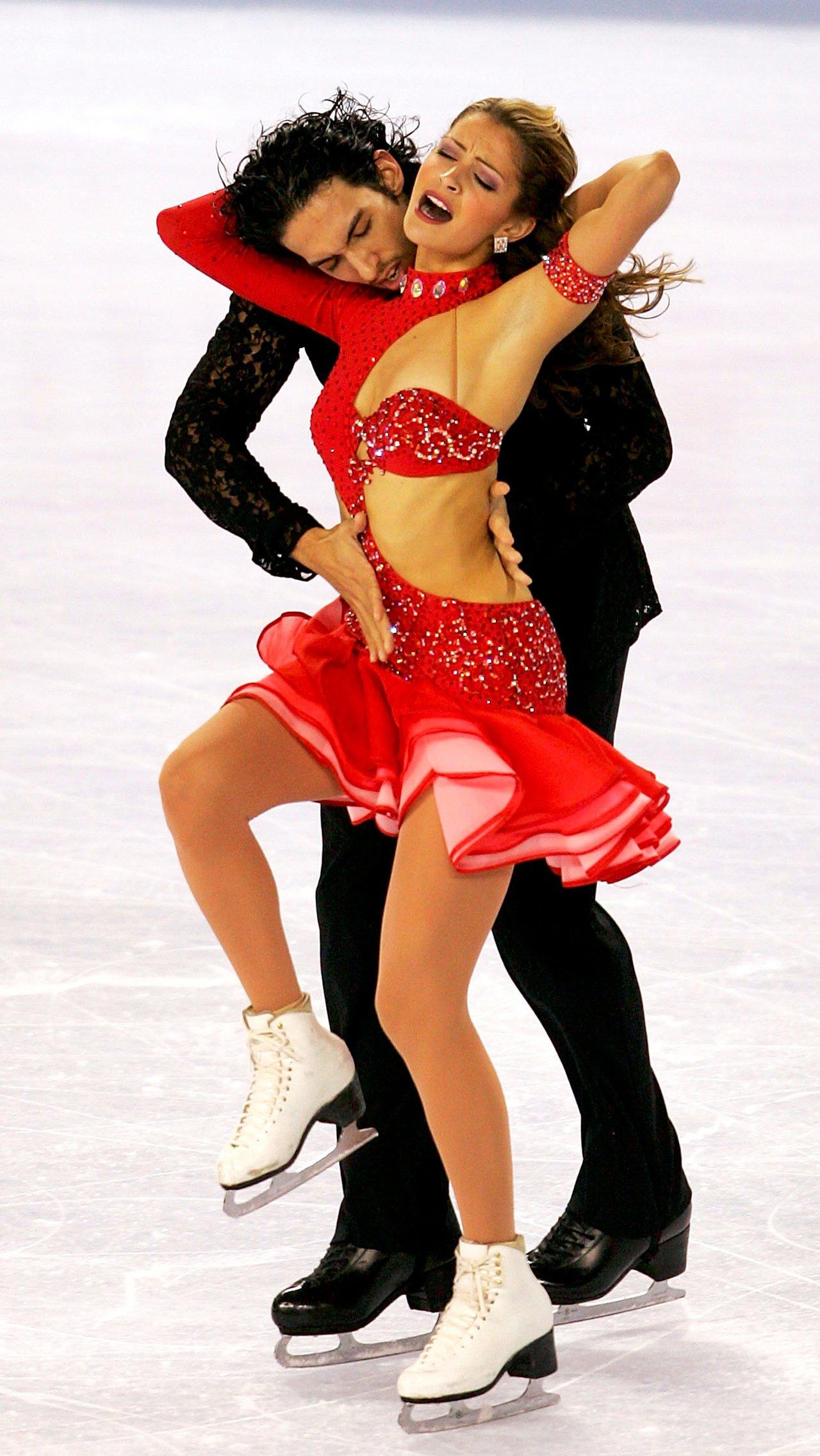 Красное платье канадки Танит Белбин с оголённым боком взбудоражило фанатов.