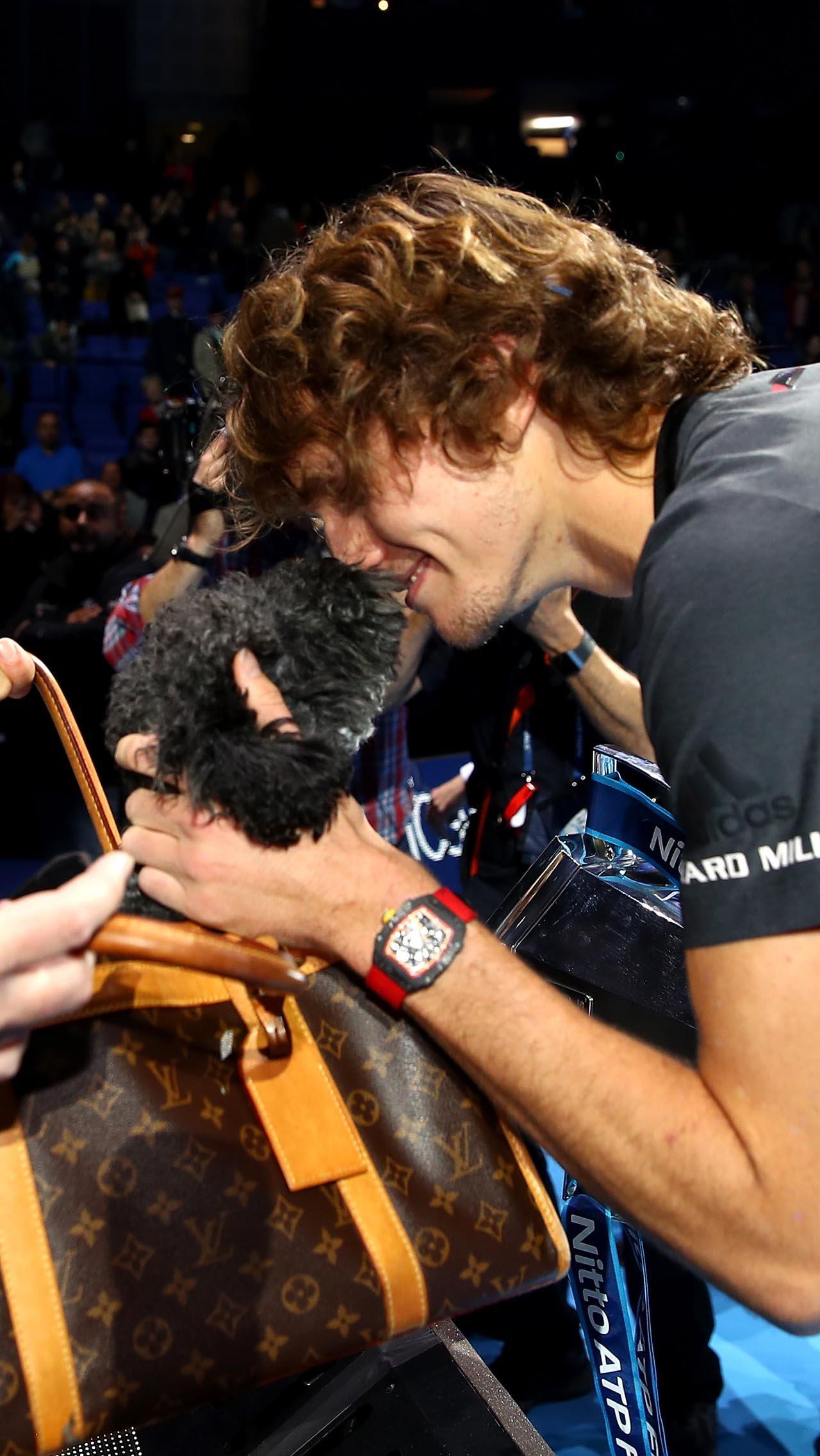 Александр Зверев<br/> Перед выходом на корт целует своих собачек<br/>