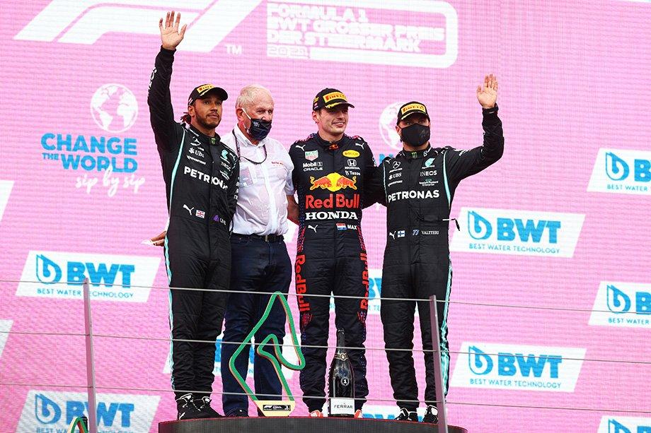 Льюис Хэмилтон, Хельмут Марко, Макс Ферстаппен и Валттери Боттас на подиуме Гран-при Штирии