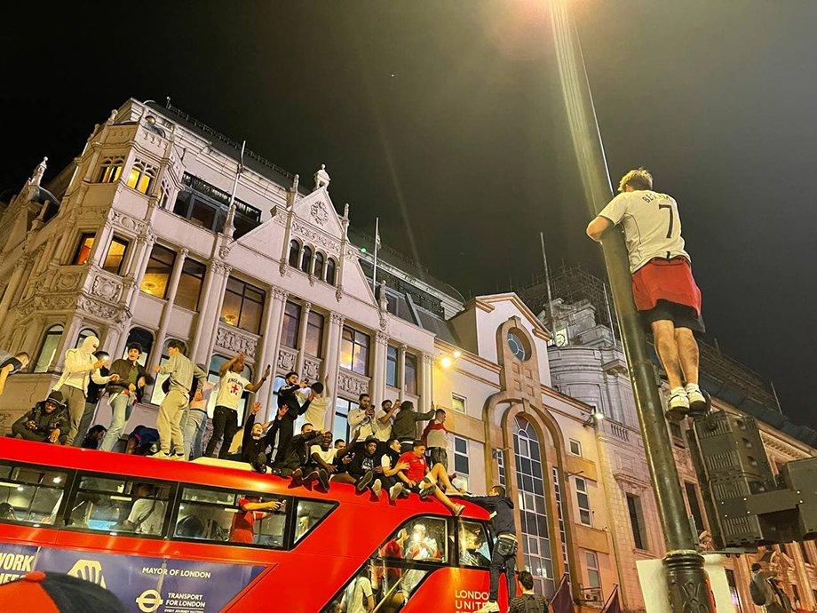 Англичане танцевали на автобусе и висели на фонарях. Как Лондон отметил выход в финал Евро
