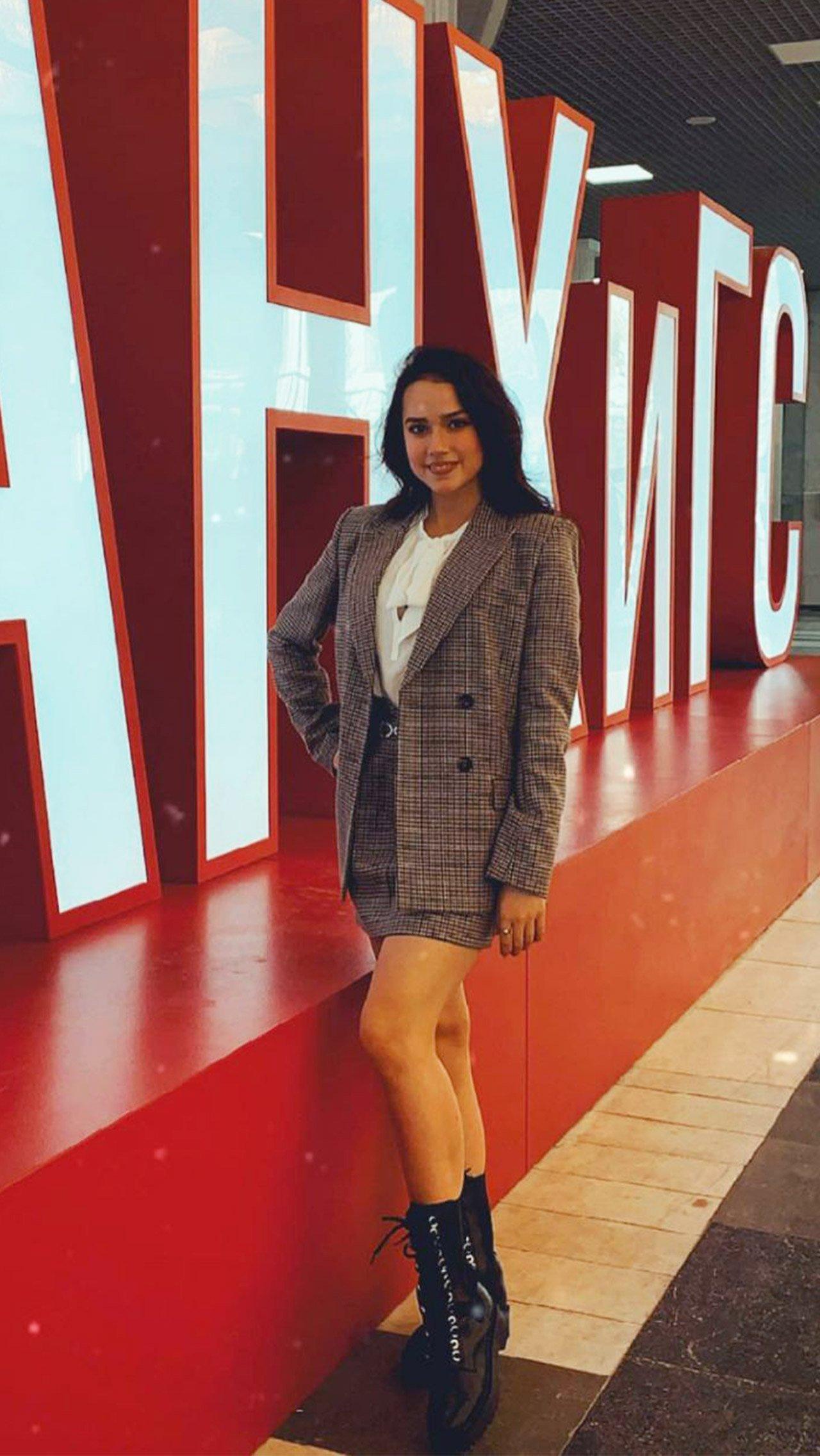 Загитова набрала 51 балл за ЕГЭ по русскому и 44 балла — по обществознанию. Стоимость обучения составляет 330 тыс. рублей в год.