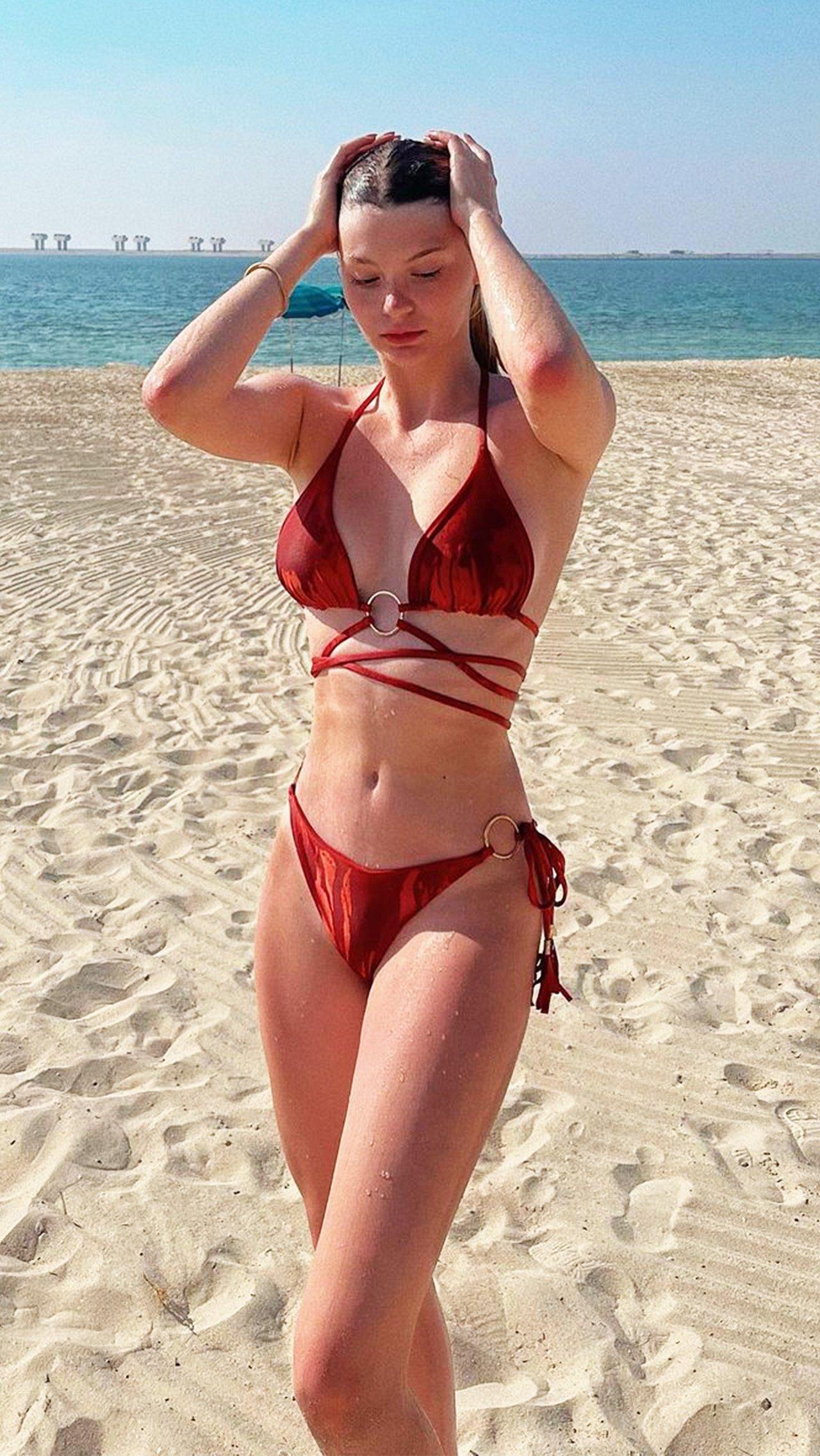 Анастасия Скопцова порадовала фанатов красивыми фотографиями из отпуска в Дубае.