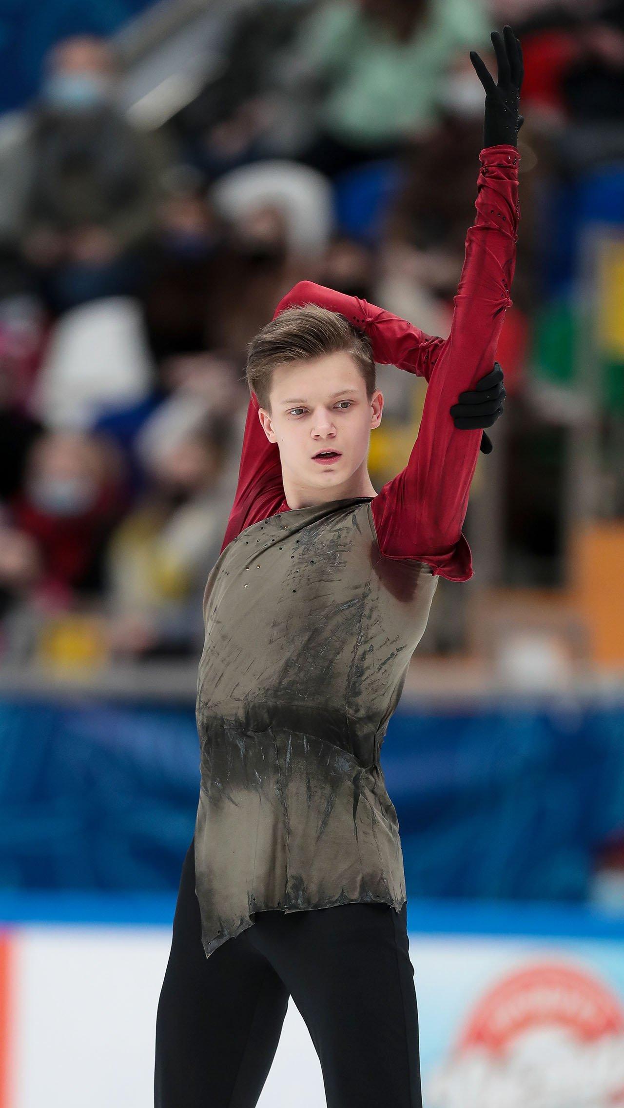 Избавлялся от части одежды и одиночник Евгений Семененко. К концу программы автор главного прорыва прошлого сезона катался с красным верхом.