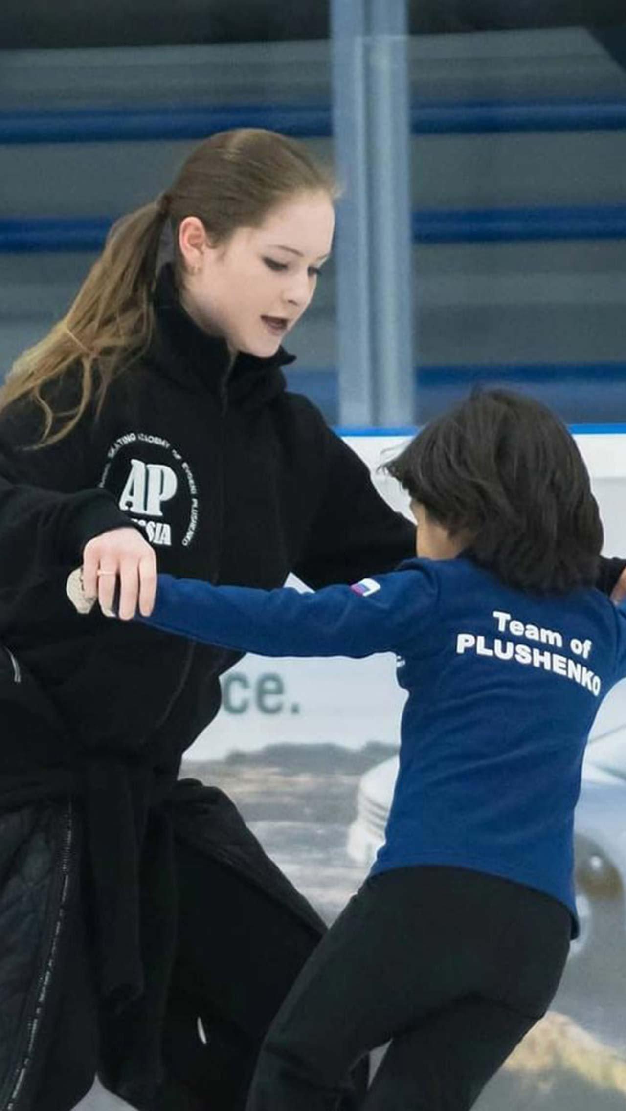 Юля успевает совмещать заботу о дочери с работой тренера в академии Плющенко.