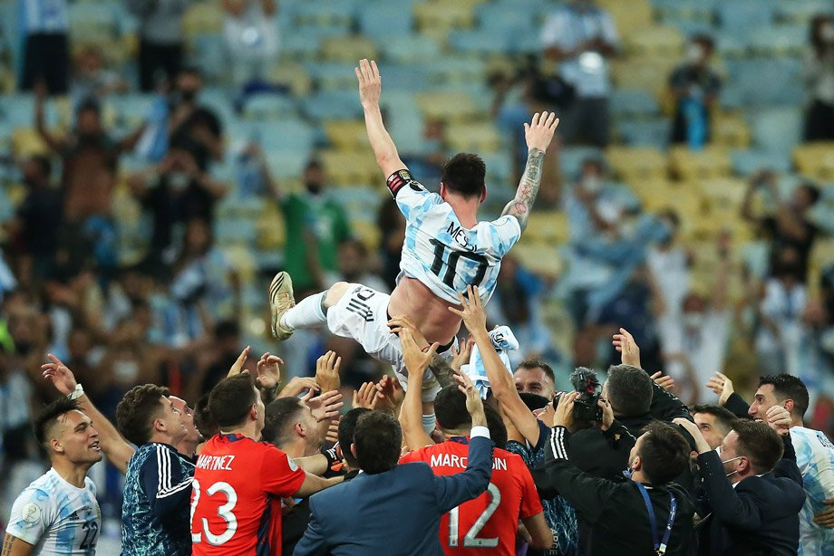 Месси взял титул с Аргентиной! Обыграл в финале друга Неймара и праздновал с ним победу