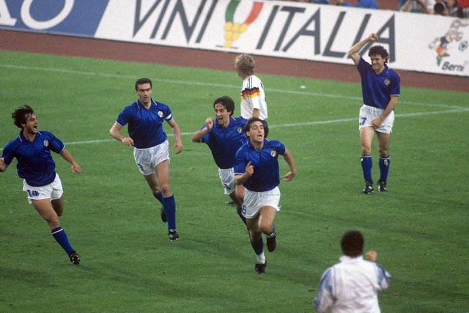 Роберто Манчини празднует гол в ворота сборной Германии на Евро-88