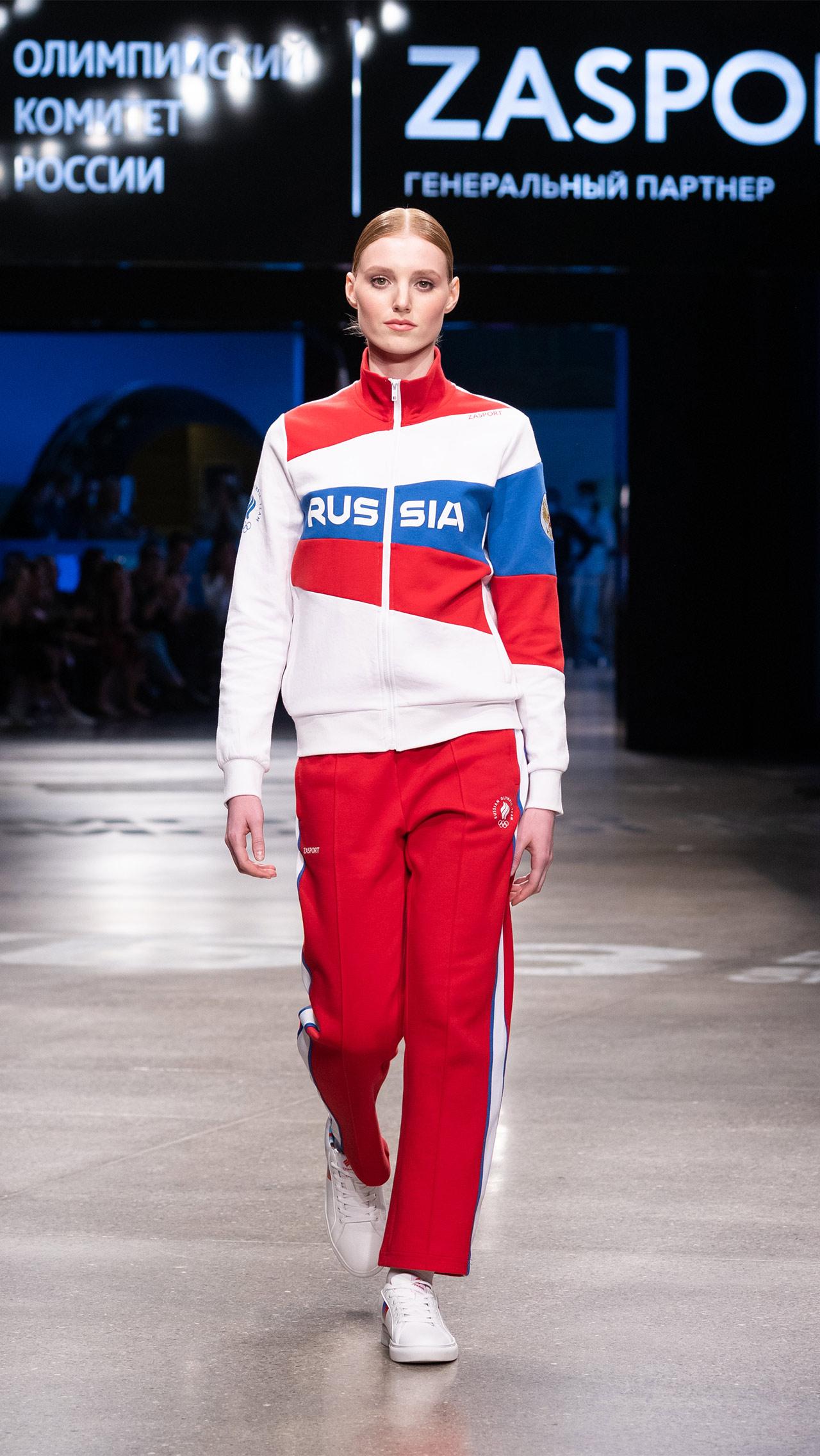 Общее внимание привлёк один вариант костюмов: на белом фоне размещены крупные вставки треугольной формы – синяя и красная. Всё вместе очень похоже на российский триколор.