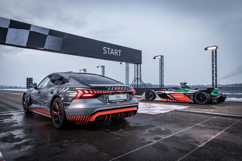 Audi RS e-tron GT Росберга против Audi e-tron FE07 ди Грасси — видео, характеристики электрокара