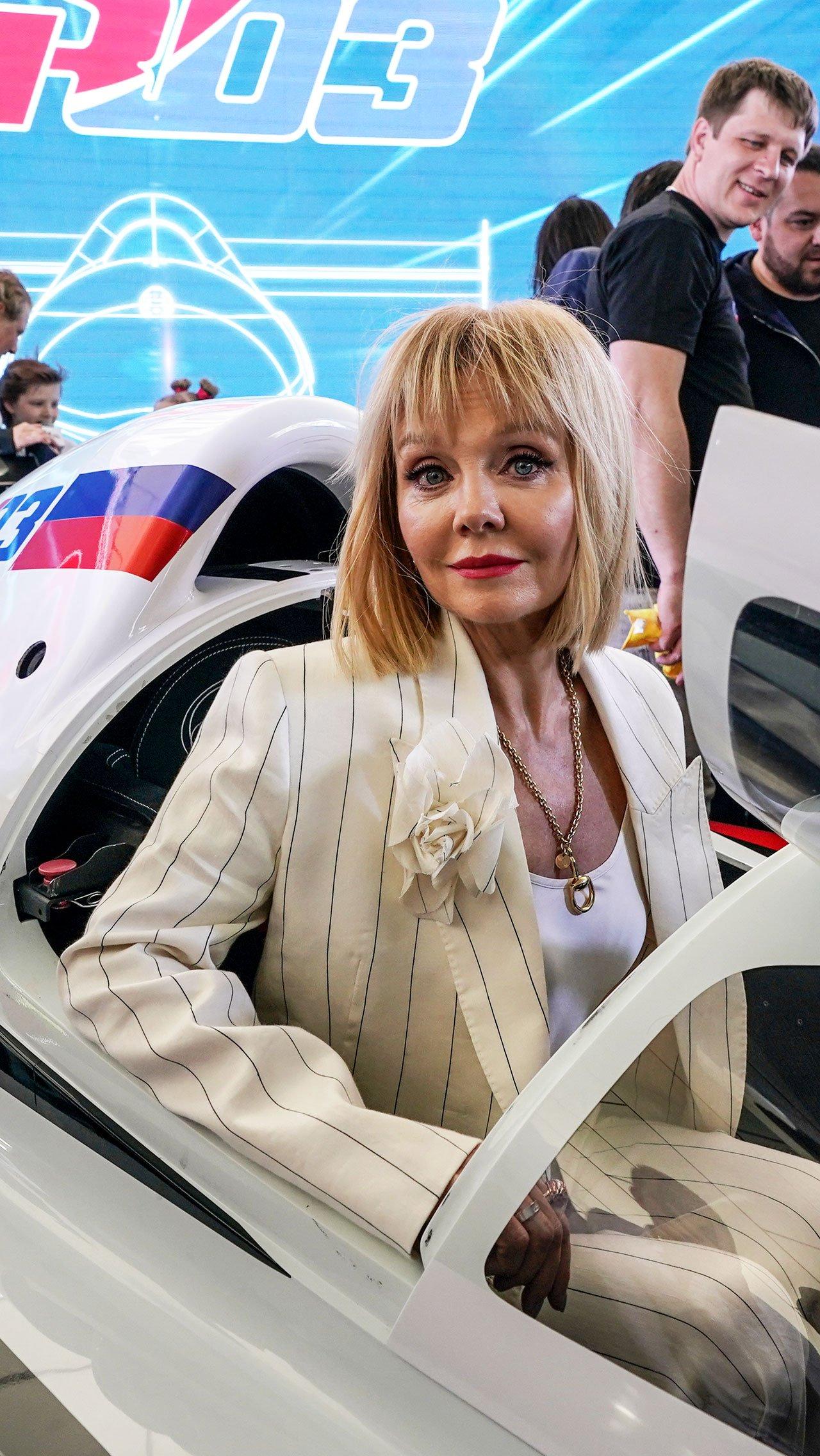 В необычно просторном для гоночных машин кокпите посидела и Валерия.