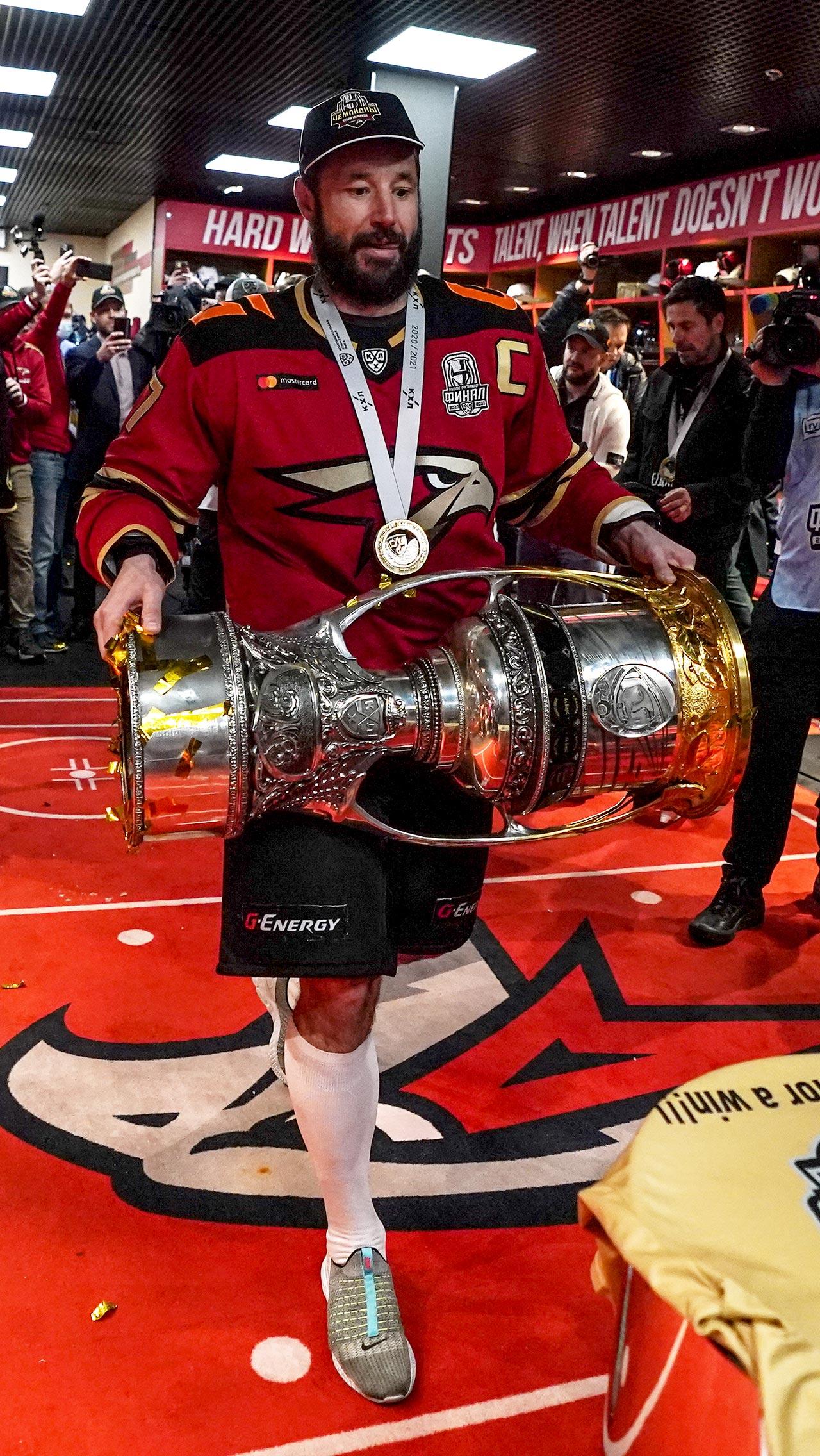 Кубок Гагарина в надёжных руках капитана