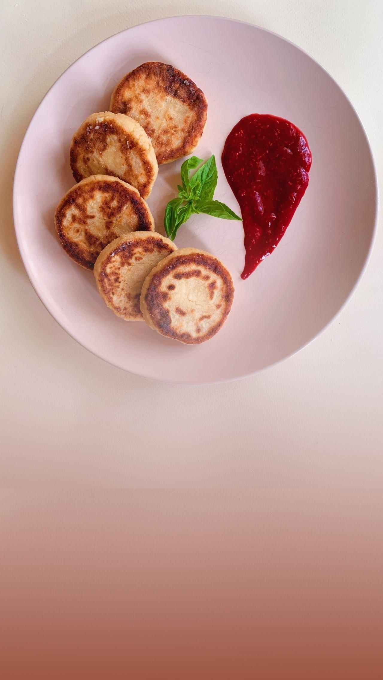 Как приготовить ПП-сырники с малиновым соусом?