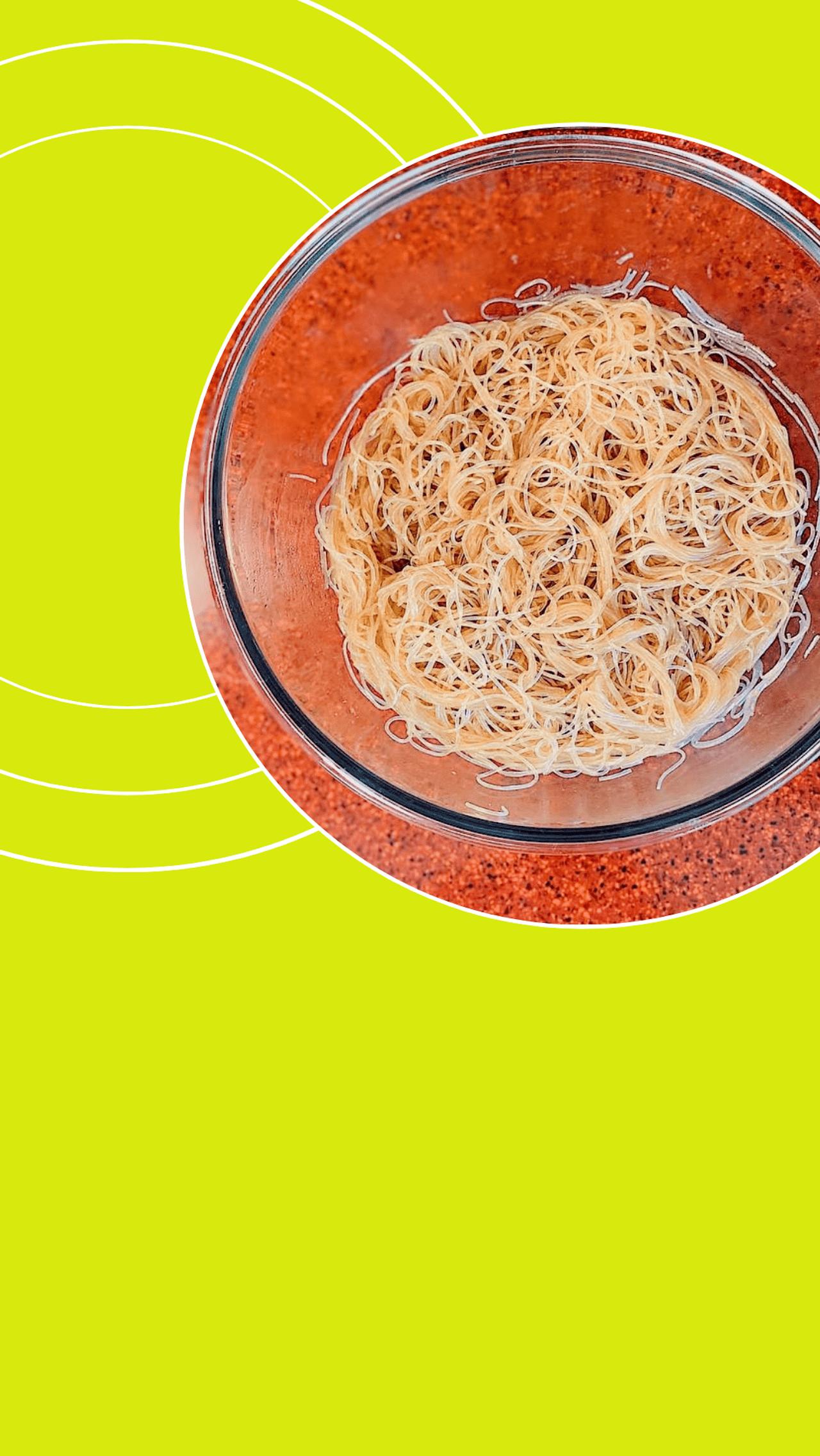 Добавить соевый соус и тщательно перемешать, чтобы фунчоза хорошо пропиталась.
