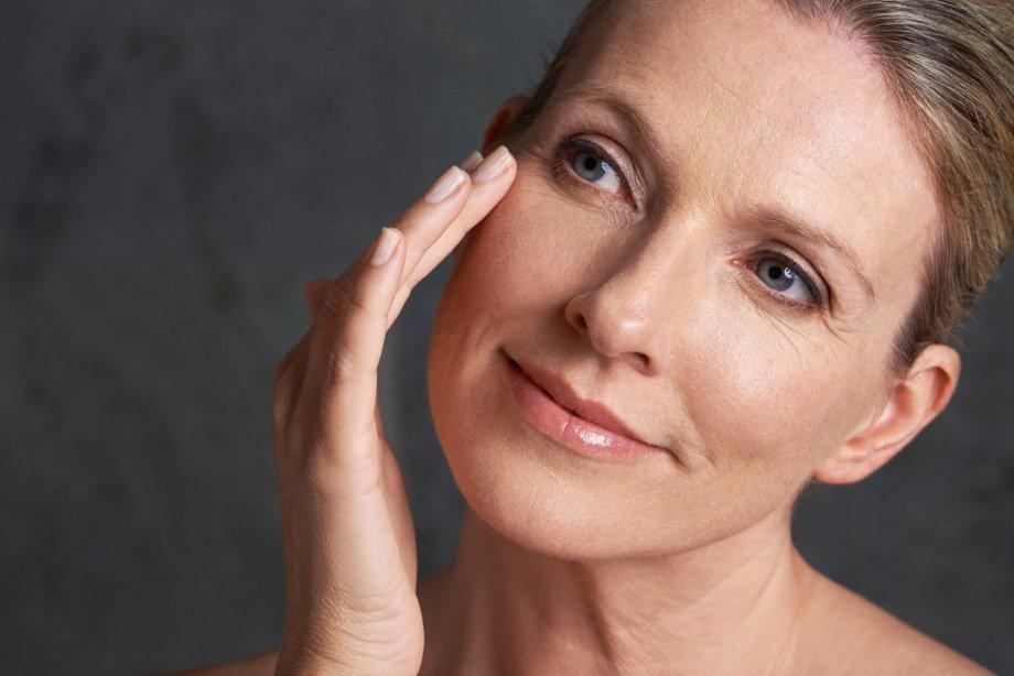 Как работает крем для кожи вокруг глаз, почему нельзя мазать обычный крем под глаза: мнение косметолога