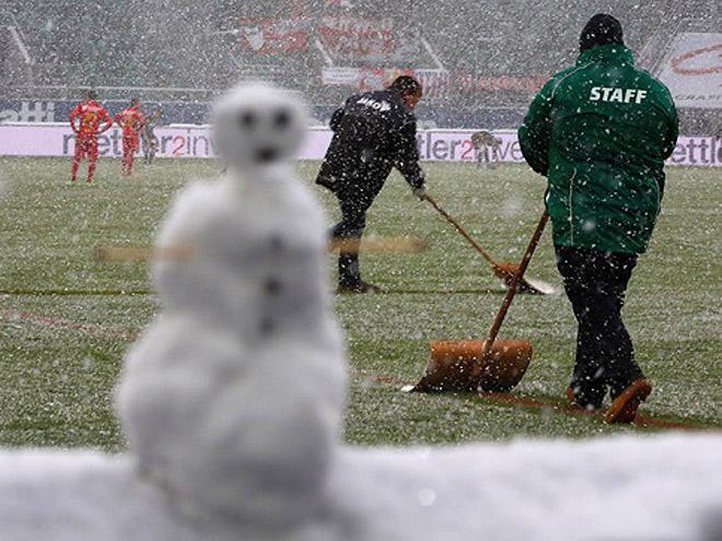 Зимняя футбольная экипировка: выбираем бутсы, одежду и мячи