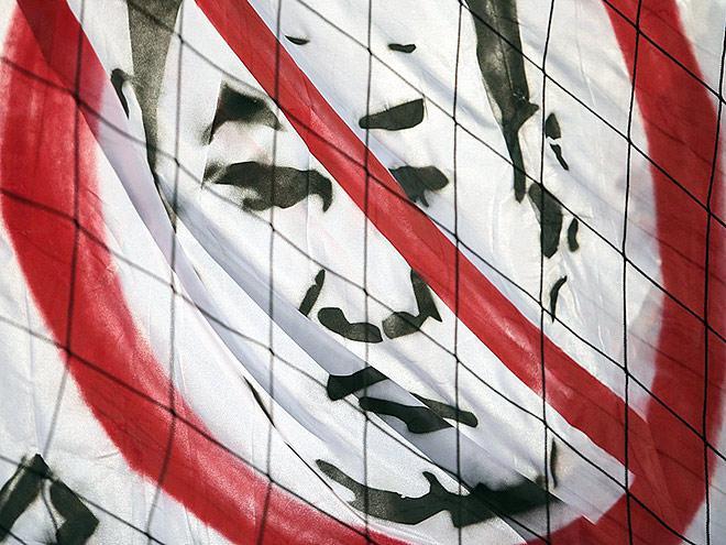 Плакат с перечёркнутым изображением Слуцкого