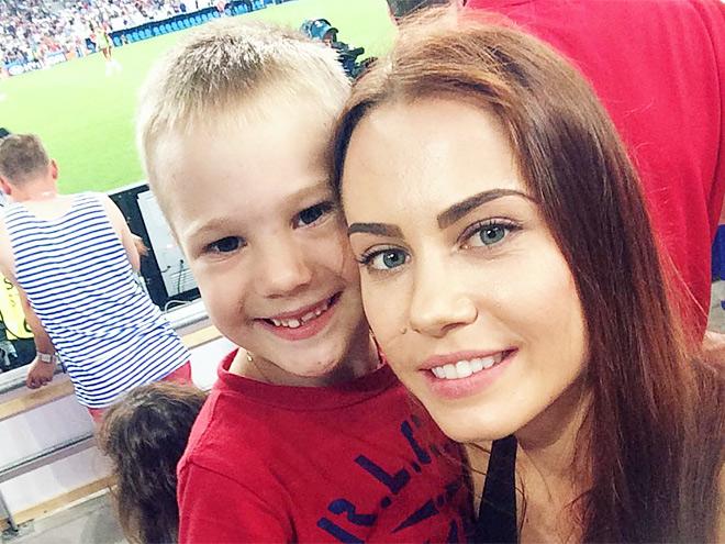 Жена Олега Иванова Кристина со старшим сыном Артём