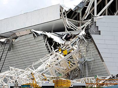 В Бразилии кран упал на стадион